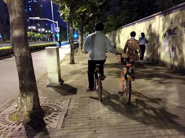 惊呆了!魔都有人练就单车绝技!夜晚横行街头!