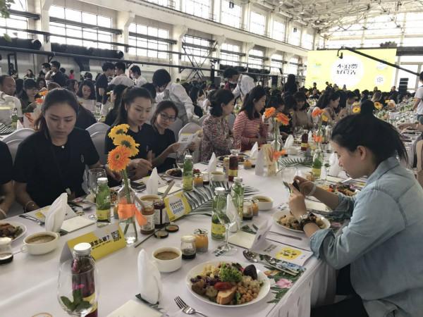 """千余斤""""剩食""""变身520名年轻人美味午餐"""