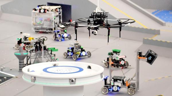 """步兵机器人360度旋转庆祝胜利 全国大学生机器人大赛""""开战"""""""