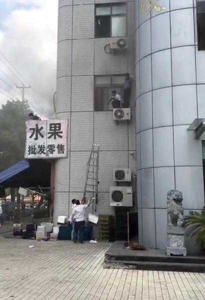 金山:厨房油烟管道起火冒浓烟 人员爬出窗外避难