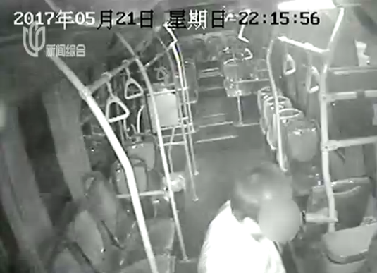 沪一醉汉打公交司机致车辆撞柱 肇事男子已被刑拘
