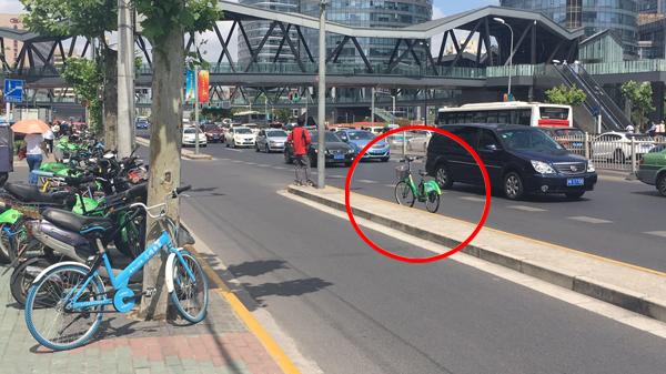 惊!共享电单车停上机动车道!运营方:电子围栏定位有偏差