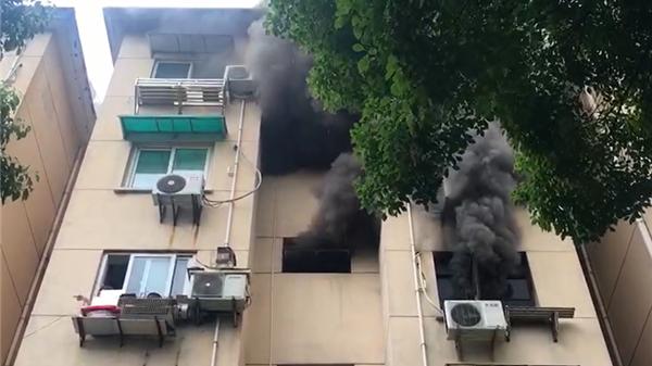 上海古美一村居民楼发生火灾 楼内居民及时逃离无人伤