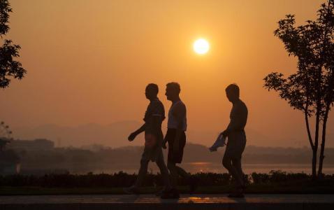 """散步可改善高血压?   专家:三个""""3""""让散步更益健康"""