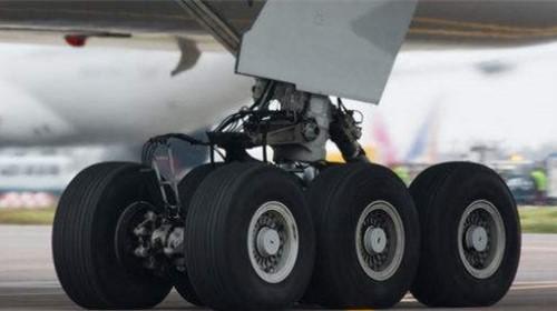 官方回应飞机起落架挂包:勤务员未按规程操作