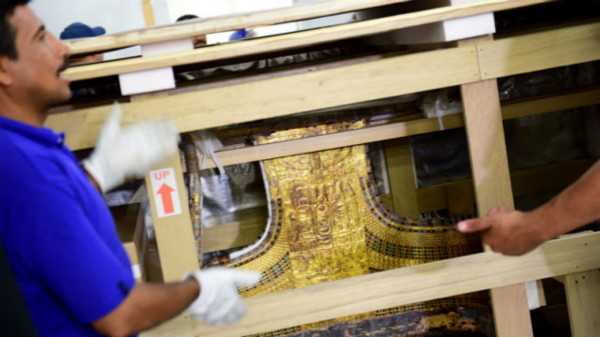 古埃及法老图坦卡蒙黄金战车与葬礼床迁至大埃及博物馆