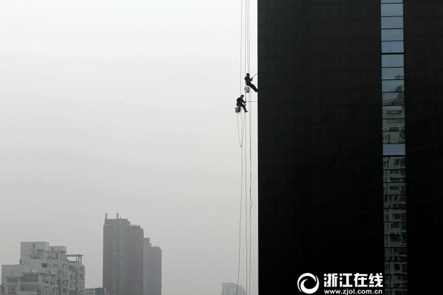"""""""蜘蛛人""""飞檐走壁为高楼沐浴"""