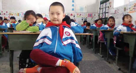 遂宁8岁无臂男孩 用脚写字作画成绩全优考第一