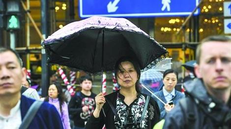 """共享雨伞""""秒现""""上海不到一天就消失 据称被城管清理了"""