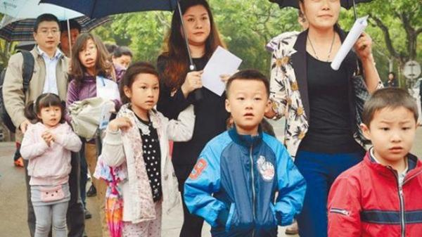 """中产家庭现教育""""鄙视链""""?孩子没有英文名被嫌弃"""
