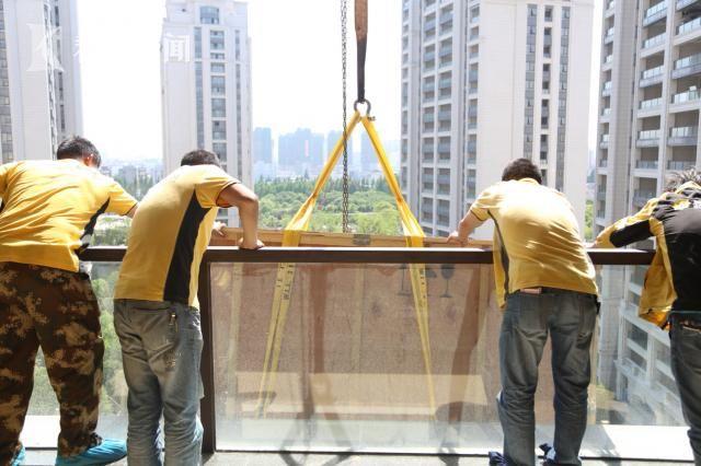 """上海市民50万买""""思聪同款""""电视 耗费6小时悬吊入户"""