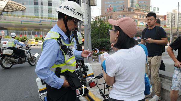 记者目击:市民共享单车闯禁非区 理由奇葩:飞机误点、女朋友找不到路
