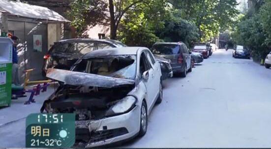 沪一烧毁轿车停小区两个月 变成垃圾箱