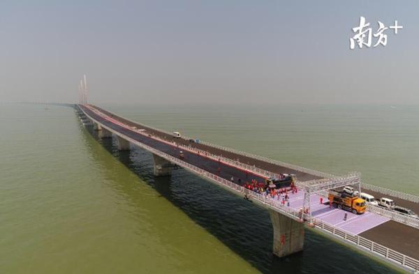港珠澳大桥主线浇筑式沥青铺装完成 预计6月完成桥面铺装