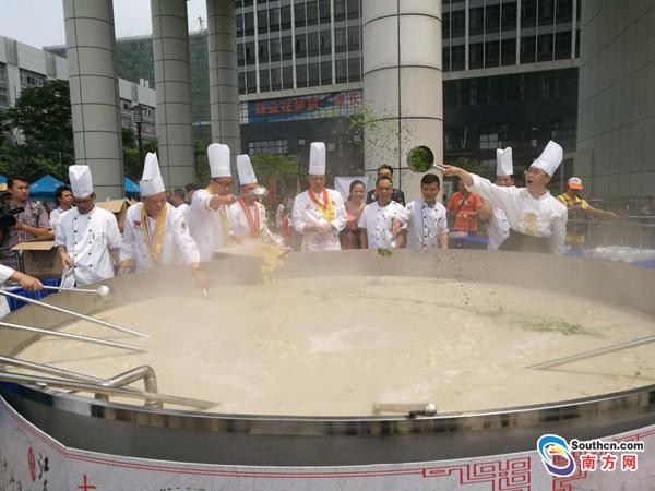 这有可能是你见过的最大一锅粥!直径达3.5米,引千人同品