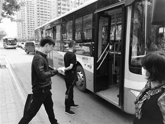 安龙县欧雅庭墙饰加盟赶火车欲提前下车遭拒 乘客司机大打出手