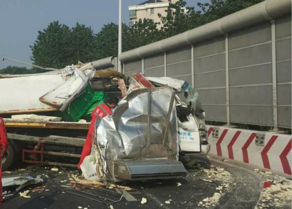 今早沪徐浦大桥一厢式货车撞上防冲墙  幸无人伤亡