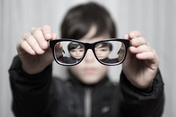近视眼坐前排半年加深200度 爱眼日眼科专家谈护眼误区