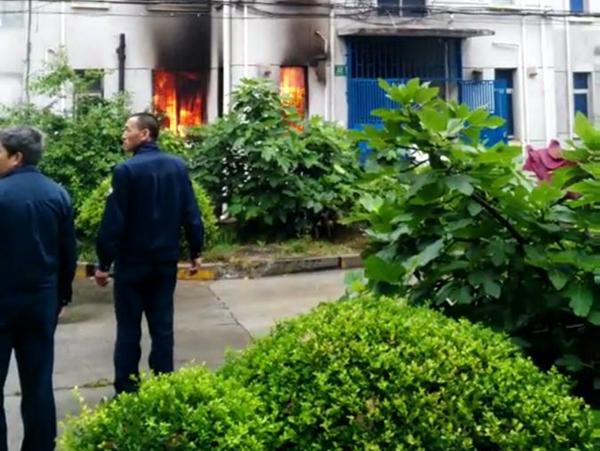 昨日宝山一居民家突发爆燃 一女子自行爬出房间全身严重烧伤