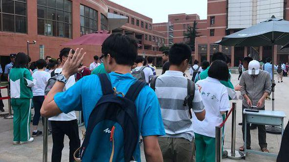 申城5万高考生今走进考场 记者直击:考生淡定 互相打气