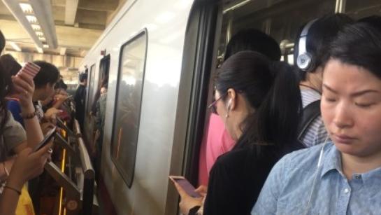 今早高峰上海地铁1号线车门故障 网友:站台很拥挤