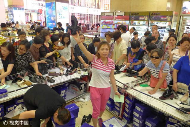 人山人海!上海市百一店被阿姨妈妈们挤爆!