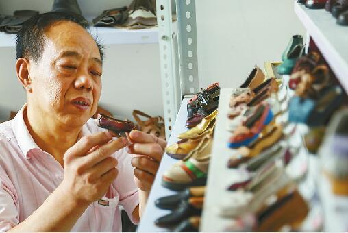 济南老鞋匠5年做了100多只微型鞋 最小的鞋仅8毫米