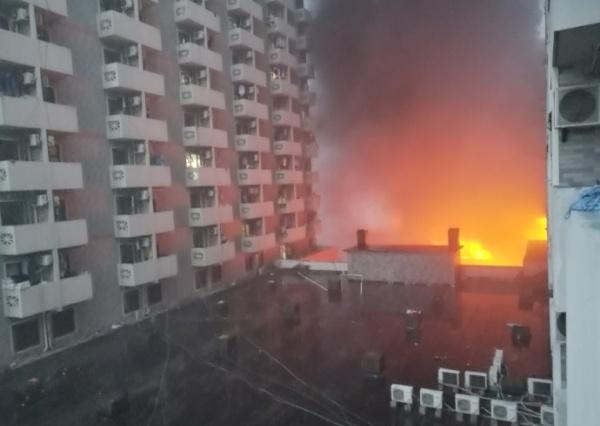 闵行颛桥一仓库今晨突发大火 居民睡梦中被爆燃声惊醒