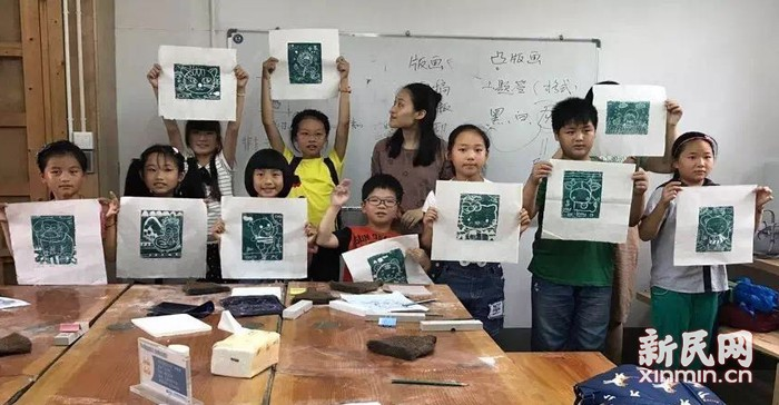 """钱圩小学美术兴趣班学生在""""大石头版画体验点""""开展石膏版画体验活动"""