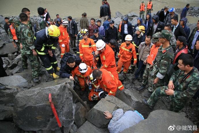四川茂县山体垮塌:一家三口获救 均无生命危险