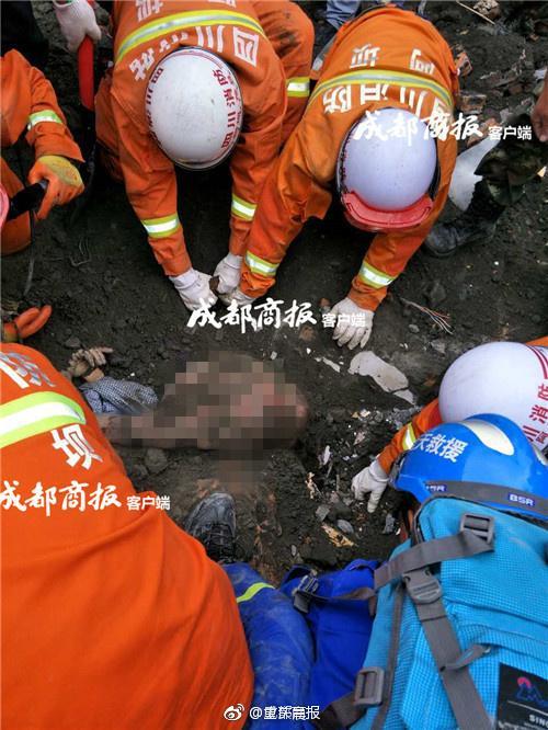 茂县救援现场发现两名遇难者 男子把女子护身下