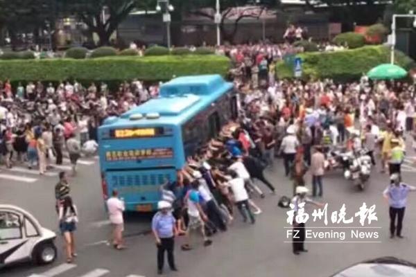 福州闹市一老人被卷公交车底 数十路人抬车救人