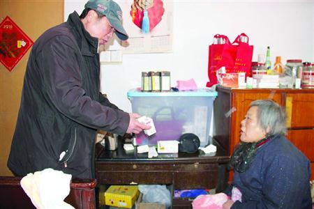 上海爷叔无偿照顾邻居母女25年 老弄堂里结下深深邻里情