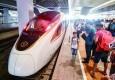 """记者""""尝鲜""""新一代中国标准高铁列车 """"复兴号"""":手机充电不愁啦!"""