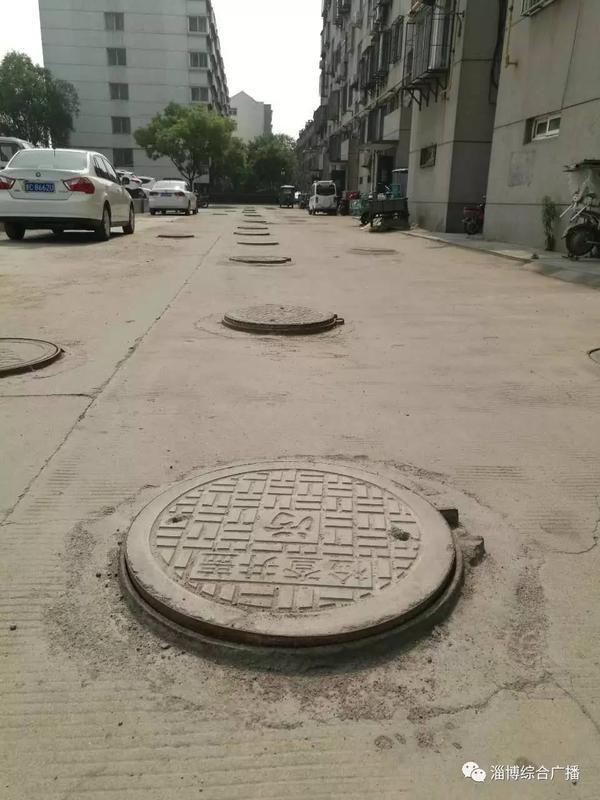 小区40余井盖均高出地面5公分 居委会:等沥青
