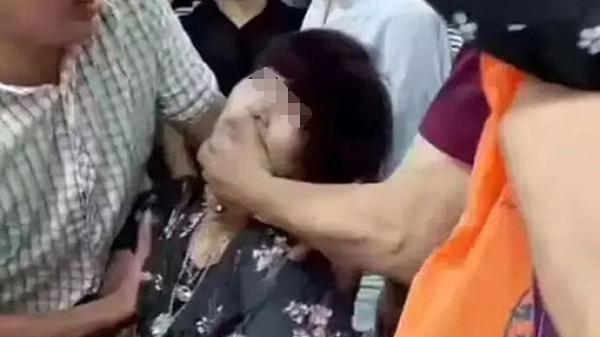 """云南瑞丽:一女子""""手滑""""摔断售价30万玉镯,当场晕倒"""