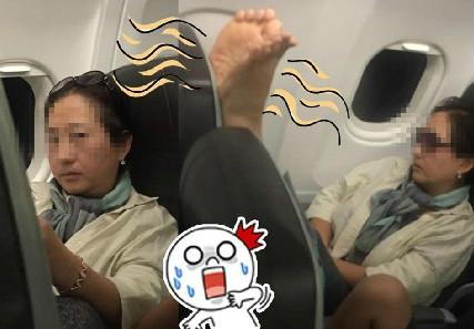 香港女子机舱内被韩国大妈拍醒:你换个座 我要晾脚