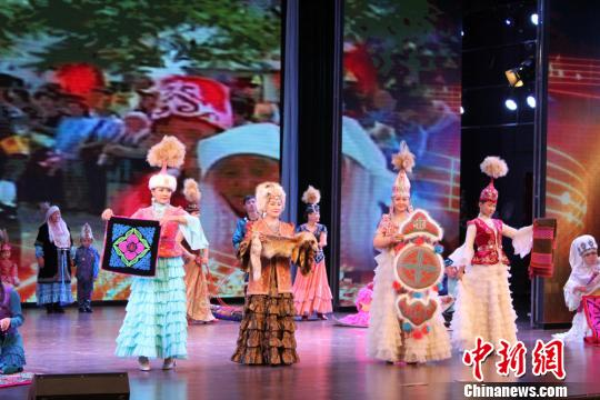 图为哈萨克族的演员展示传统手工刺绣.徐雪摄-哈萨克族 非遗 歌舞敦图片