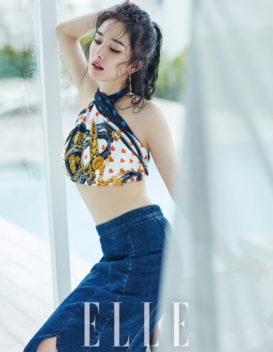 近日,杨幂为某时尚杂志拍摄的双封面夏日大片曝光,镜头前的她发丝