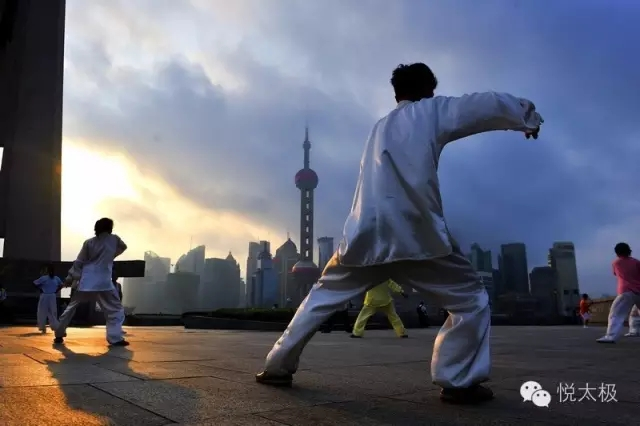 练太极拳是先动腰   还是先动脚