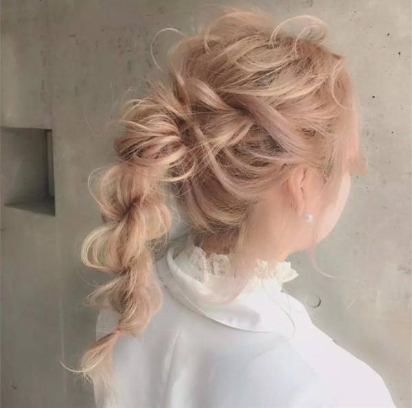 且编发马尾也分为很多种:   一,活泼少女必备的小辫子型高马尾