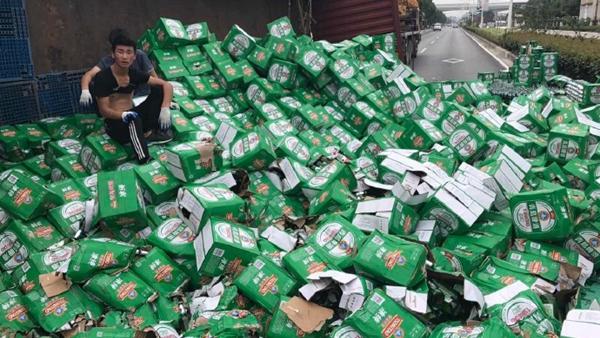 青浦今晨一货车侧翻 千余箱啤酒倾泻一地