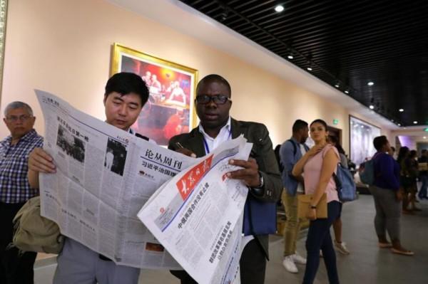 国际媒体人士参观考察大众报业集团
