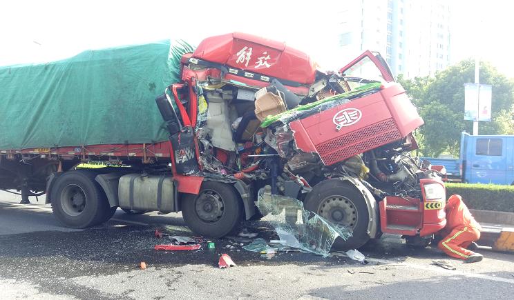 金山两半挂车追尾 后车车头凹陷严重司机受伤被困