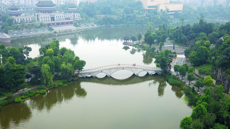 """【共舞长江经济带】西部小城的转型之道 用""""深绿""""理念建设山水绿城"""