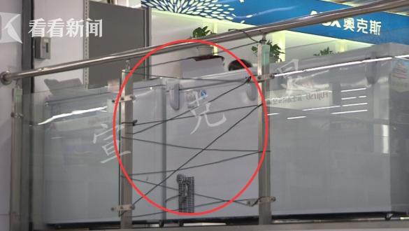 上海浦东一卖场三楼玻璃自爆碎裂 4人被砸伤
