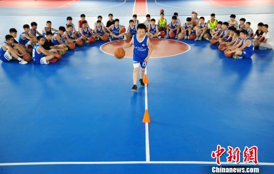 快乐暑假孩子们的<a href='http://search.xinmin.cn/?q=篮球训练' target='_blank' class='keywordsSearch'>篮球训练</a>营
