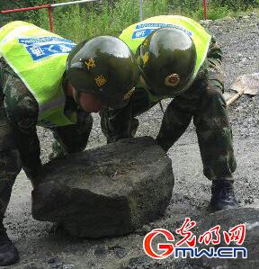 武警<a href='http://search.xinmin.cn/?q=交通' target='_blank' class='keywordsSearch'>交通</a>二支队5小时抢通<a href='http://search.xinmin.cn/?q=中尼公路' target='_blank' class='keywordsSearch'>中尼公路</a>