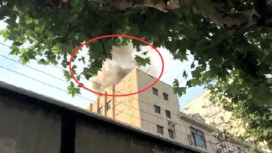 突发:今早上海普陀镇坪路石泉路路口一餐厅烟道起火