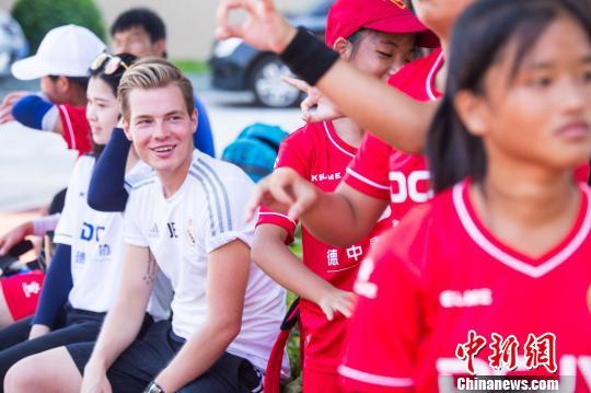"""德国教练在福州为听障儿童""""放飞""""绿茵梦"""